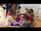 Дети рисуют песком на световом столе Мануфактура Дерева KIDS