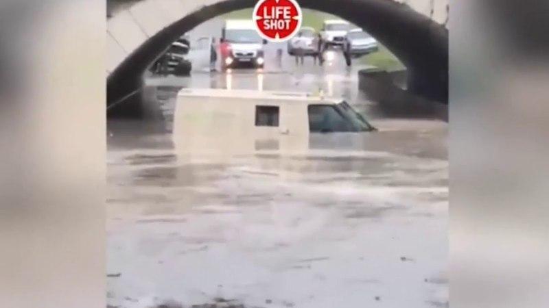 В Краснодарском крае автомобиль с инкассаторами ушёл под воду
