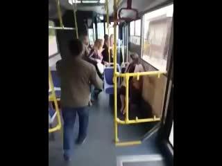 Драка водителя автобуса с пассажиром в Алматы (240p).mp4