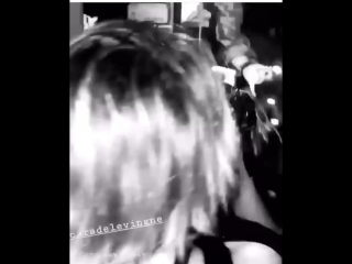 Кара и Эшли с друзьями в клубе