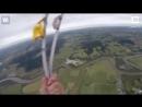 Парашютист сумел приземлиться точно на тюк соломы