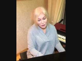Таисия Повалий спела песню Валентины Толкуновой, аккомпанируя себе на фортепиано.