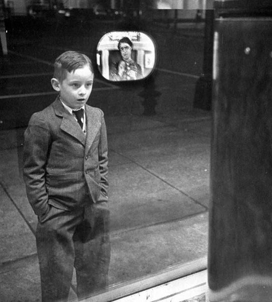 Изумление мальчика, впервые увидевшего телевизор. 1948г.