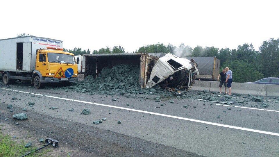 НаМосковском шоссе случилось жуткое ДТП с фургоном имашиной дорожников