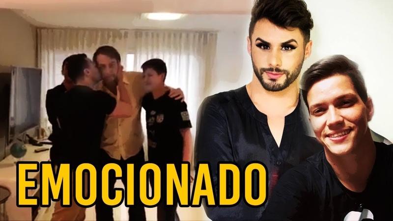 Bolsonaro se emociona junto a companheiros homossexuais que o apoiam