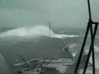 USS Kitty Hawk в шторм