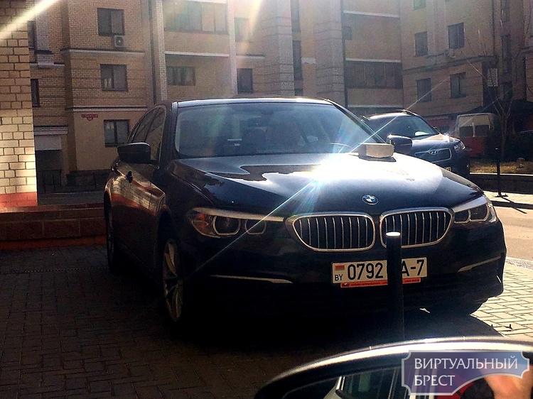 Владельцу крутого БМВ положили кирпич на капот, намекая на нарушения парковки