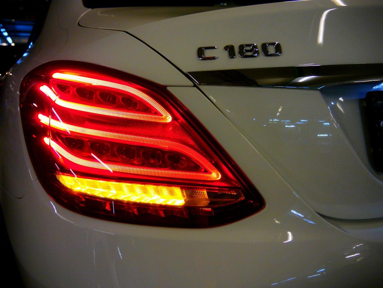 Мощные диоды Mercedes C 2014 заметны с любого угла и расстояния.