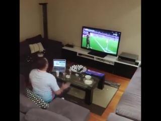 Жена решила подшутить над мужем по время трансляции матча по футболу. Смотрите, что из этого получилось!