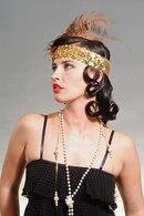 Прическа в стиле Чикаго 30-х годов с повязкой, расшитой золотыми пайетками и перьями.