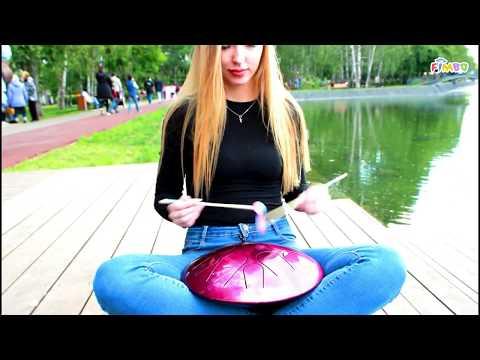 Девушка играет на Фимбо в парке Урицкого, Казань