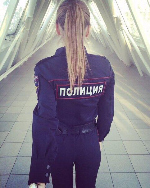 foto-devushek-v-militseyskoy-forme-so-spini