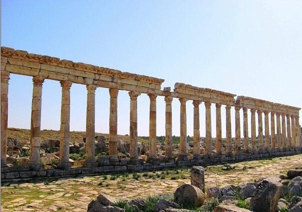 АПАМЕЯ. МЕГАПОЛИС АНТИЧНОГО МИРА Между сирийскими городами Хама и Алеппо, неподалёку от границы с Ливаном, на пустынном зелёном холме, возвышаются грандиозные останки древнего города, ведущего