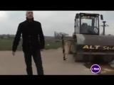 Самый опасный трюк - человек под катком Слабонервным НЕ СМОТРЕТЬ