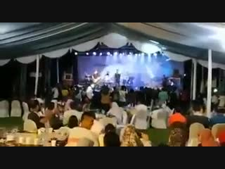Цунами в Индонезии смывает рок-концерт