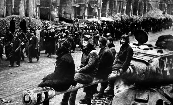 Открытым текстом Вот думал Гитлер, что успешно свяжет своих земель разрозненную рать, и весь народ ему спасибо скажет и будет это вечно повторять, поскольку если нация закисла и села на