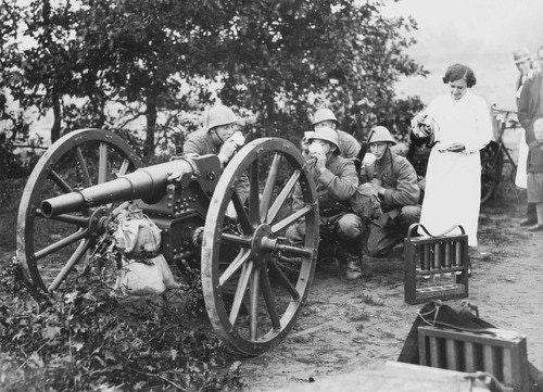 Женщина разносит чай мобилизованным солдатам, Нидерланды, 1939 год.