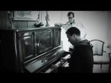 Тилль играет на пианино