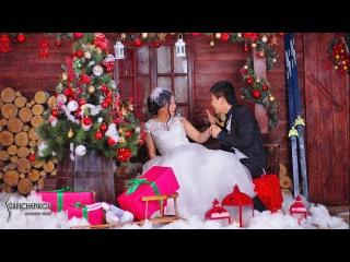 Новогодняя свадебная фотосъемка в светлом интерьере студии