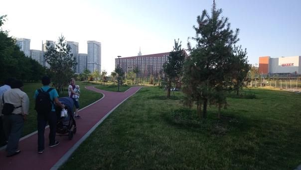 Это буквально второе зарядье. Удивительно, но можно создать парк, где много воздуха, не очень просматривается горизонт из-за рельефа, уютно и одновременно всё видно.  12 июля 2018