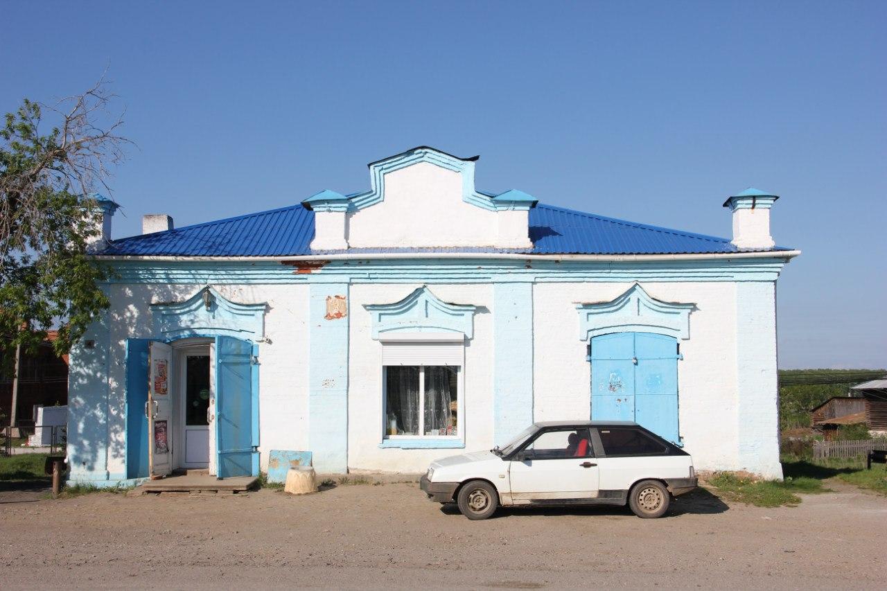 Здание местного универсального магазина явно столетней давности (04.07.2014)