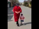 Девочка повторяет бабушкину походку