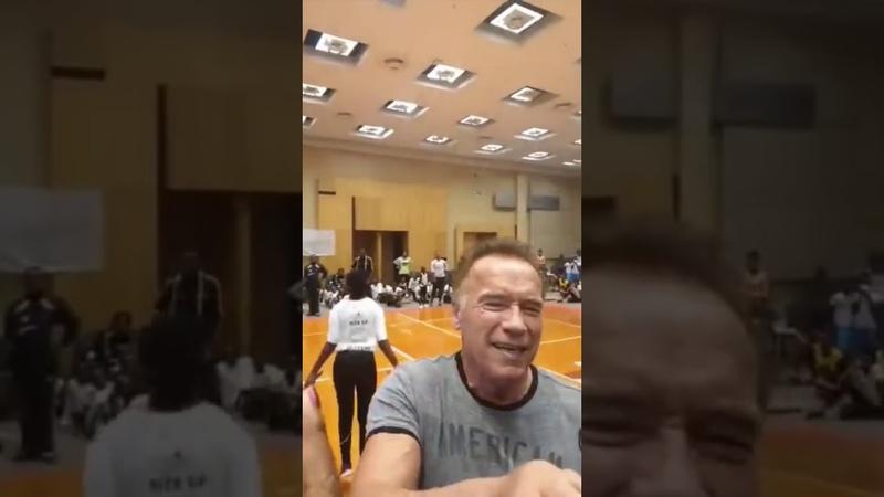 юар южнаяафрика йоханнесбург В спину с двух ног нападение на Шварценеггера Arnold Schwarzenegger getting attacked in South Africa