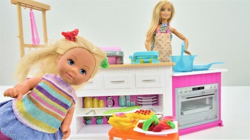 Barbie prepara o almoço para Evi. Vídeos para meninas.