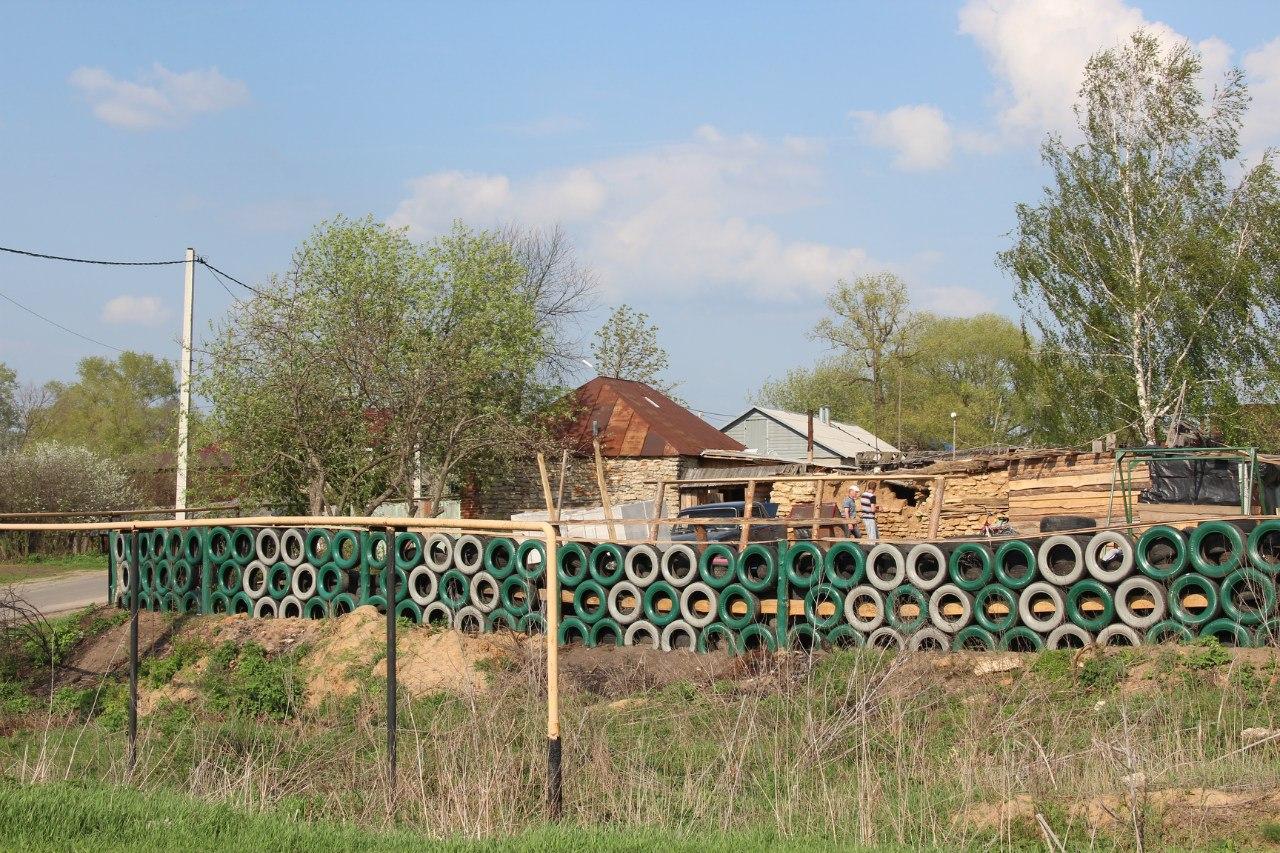 Забор из покрышек - достоинства и