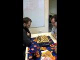 Роман Михайлов и Юрий Белов играют в шахматы