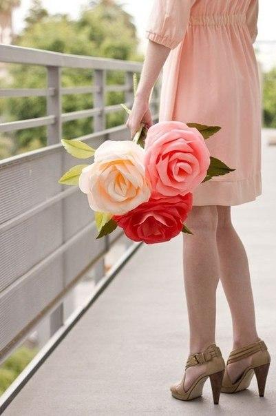 Гигантская роза из гофрированной бумаги, проволоки и тейп-ленты