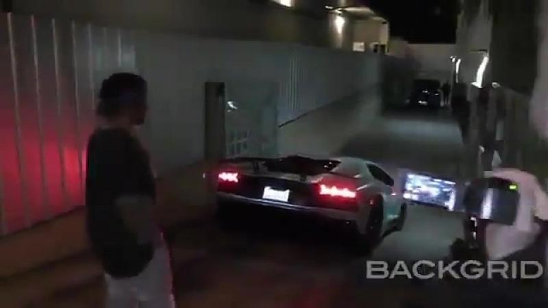 Vídeo de Justin Bieber visto chegando no Saban Theatre em Beverly Hills, CA.