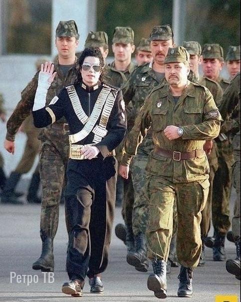 Миша Джексон шагает по Москве с солдатами, 1993