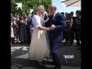 Российский Президент побывал на свадьбе у главы Австрийского МИД. Путин подарил Кнайсль букет цветов, а она ему - танец