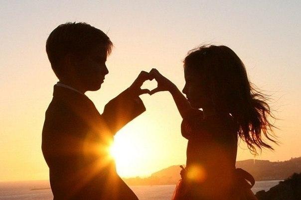 """5 ЯЗЫКОВ ЛЮБВИ ВАШЕГО РЕБЕНКА Внутри каждого ребёнка заключён """"эмоциональный сосуд"""", который ждёт того, чтобы его наполнили любовью. Когда ребёнок чувствует, что его действительно любят, его развитие будет нормальным. Но если сосуд любви пуст, у ребёнка возникают нарушения в поведении. Большая часть нарушений в поведении ребёнка объясняется тем, что """"сосуд любви"""" пуст. ПРИКОСНОВЕНИЯ. ОДОБРЕНИЕ. ВРЕМЯ. ПОМОЩЬ. ПОДАРКИ. Знаете ли Вы, на каком языке говорит Ваш ребенок? Чтобы…"""