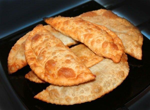 """""""Чебуреки с грибами и сыром"""" Ингредиенты: Для начинки: - 500 г грибов - 150 г сыра - зеленый лук Для теста: - 250 мл минеральной воды - 1 ч.л. соли - 2 ч.л. сахара - 1 яйцо - 4 стакана муки Приготовление: 1. Готовим начинку: грибы обжарить на сковороде, остудить, добавить тертый сыр, мелко нарезанный зеленый лук, посолить, перемешать. 2. Все ингредиенты для теста перемешать, тесту дать отдохнуть, накрыть салфеткой на 20 минут! Из теста делаем шарики, раскатываем, в серединку кладем…"""