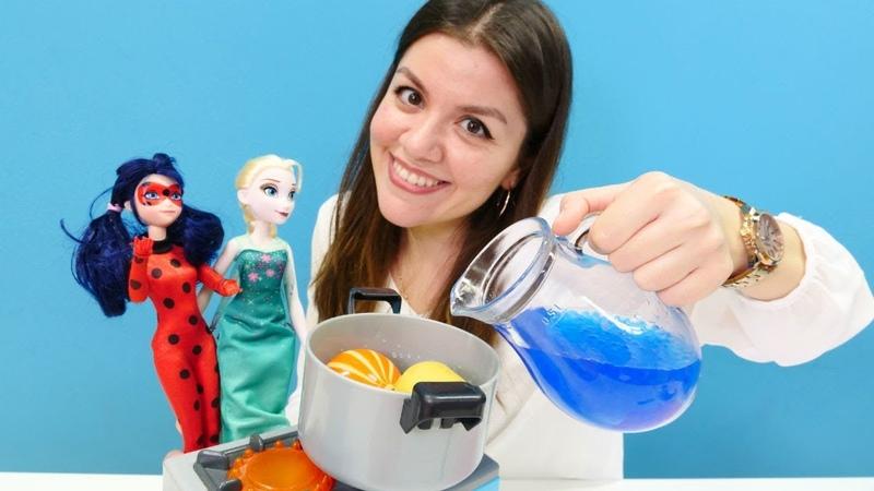 Elsa ve Uğur Böceği oyuncakları. Kış çorbası yapma oyunu!
