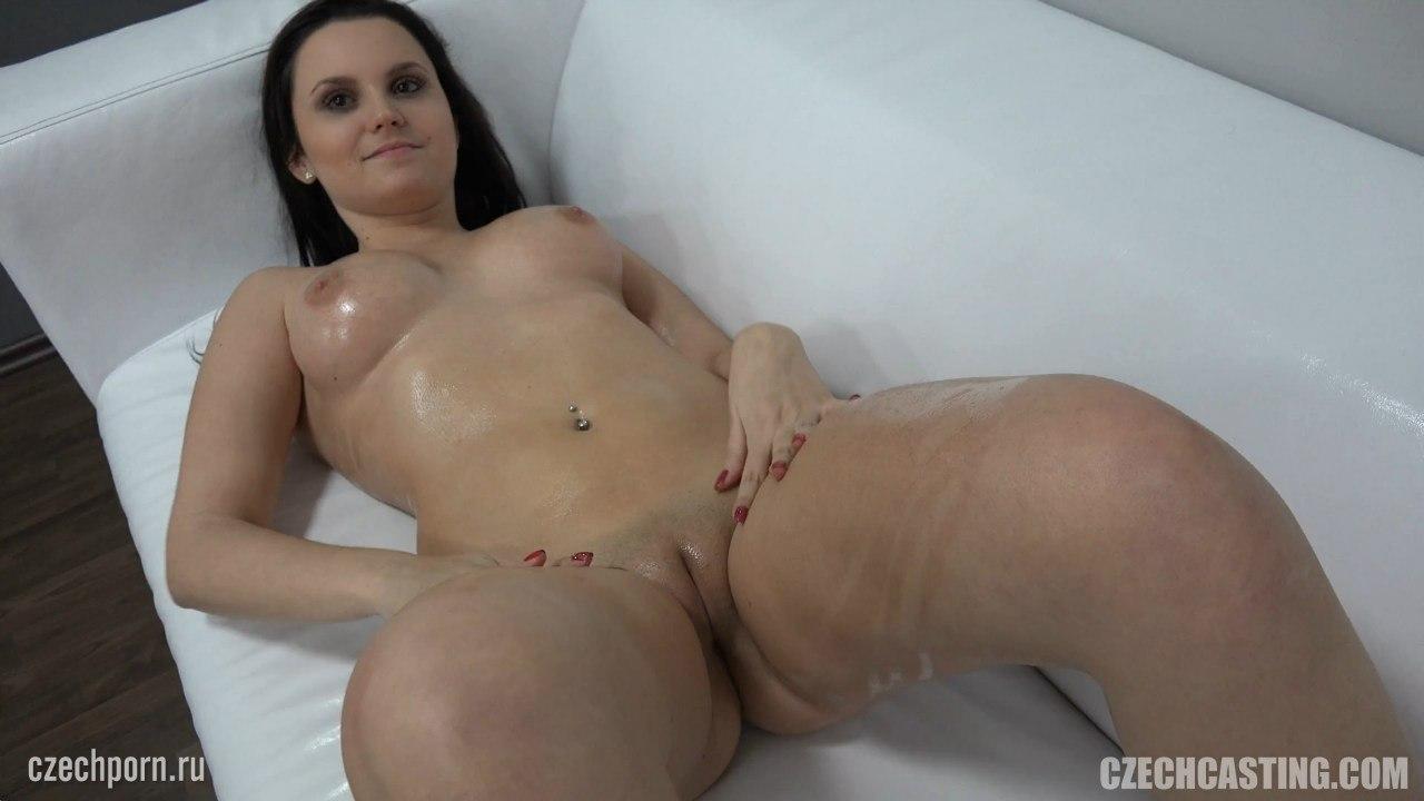 Девушка голая с бритой киской на белом диване