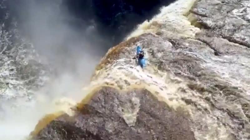 Экстремал на каяке спустился с 32-метрового водопада