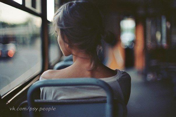 Я не любил её, мне просто было в кайф, Когда она сопела мирно рядом, И провожала по утрам влюблённым взглядом. Я не любил её, мне было хорошо — Ни одиночества с ней не было, ни скуки. Мне было по фигу их сколько там ещё, Но мне не нравились на ней чужие руки. Я не любил её, но помнил всё о ней: Любимые цветы и тон помады, Всех тараканов в голове и всех друзей. Зачем-то мне всё это было надо. Я не любил её и никогда не врал, Я тормозил её - малыш, всё несерьёзно. Рассказывал, когда и с кем я…