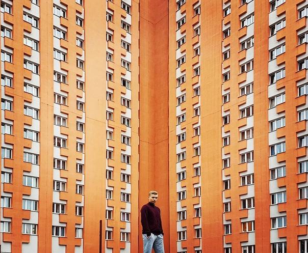 Евгений Ахремчик на фоне общежития
