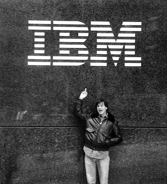 Стив Джобс показывает