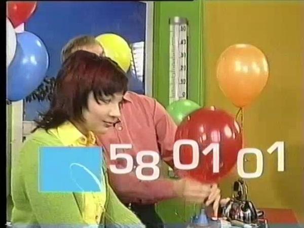 Сексуальная Женщина лопает шарик
