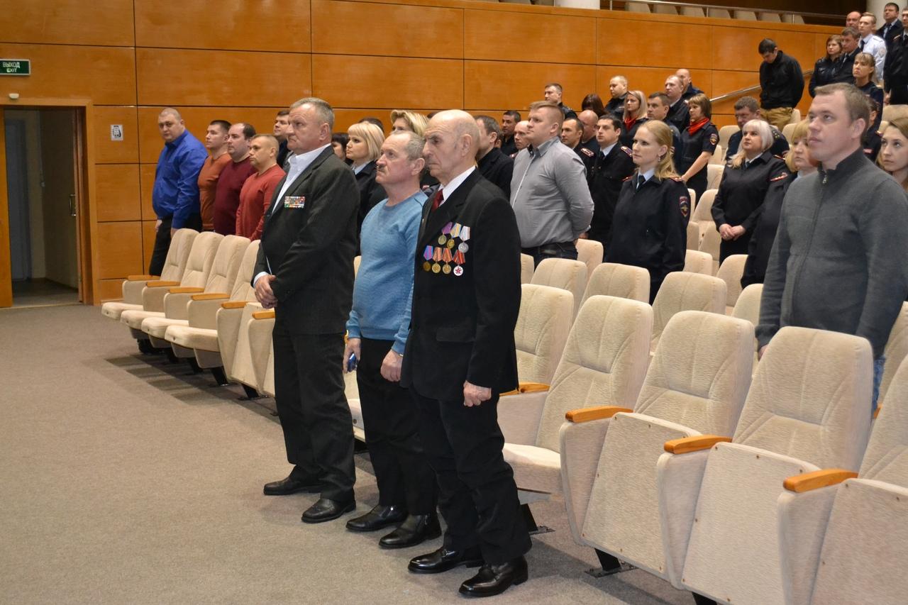 В преддверии 30-летия вывода советских войск из Афганистана коломенские полицейские помянули погибших минутой молчания, а так же вручили ветеранам памятные медали