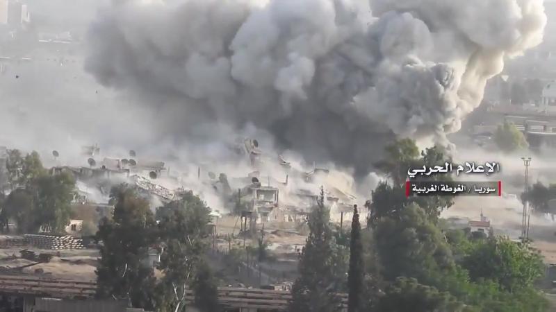 Сирийская армия обстреливает укрепления боевиков Исламского государства на юге Дамаска.