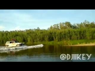 Автомобиль едет по воде на буотаме