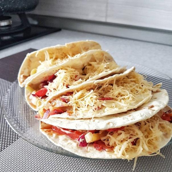 мексиканские тако с курицей ингредиенты:1 куриное филе1 большой помидор2 болгарских перца (разных цветов)1 ялтинская луковица4 пшеничные лепёшки для такосыргреческий йогуртгорчицасоевый