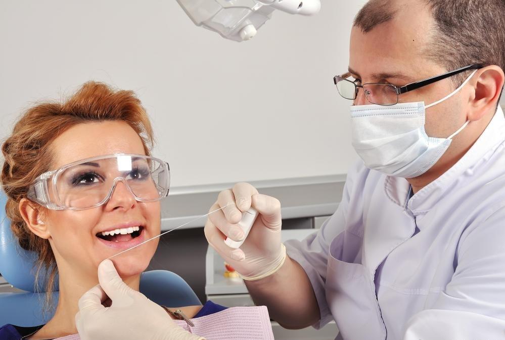 Не следует путать практикующих зубных техников с зубными гигиенистами, которые участвуют в практическом лечении пациентов, таких как чистка.