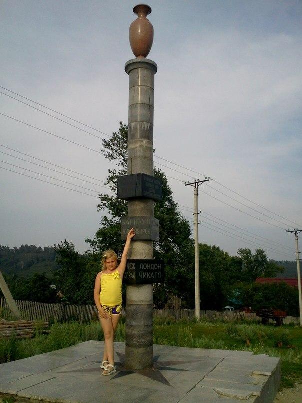 Верстовой столб в селе Колывань