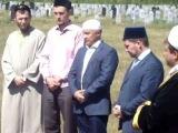 Фарит Фарисов на могиле Валиуллы Якупова